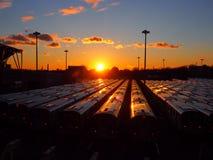 Trenes en puesta del sol imagenes de archivo