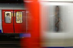 Trenes en una estación del metro de Londres Fotos de archivo