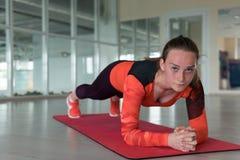 Trenes encantadores de la deportista en el gimnasio imagen de archivo