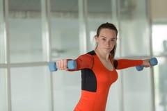 Trenes encantadores de la deportista en el gimnasio fotos de archivo