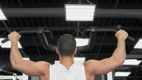 Trenes musculares jovenes del hombre en el gimnasio Atleta del entrenamiento del peso fotografía de archivo libre de regalías