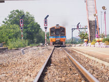 Trenes que corren en los carriles fotografía de archivo