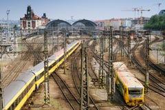 Trenes que llegan la estación de Praga Foto de archivo libre de regalías