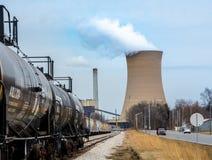 Trenes que proporcionan recursos a la instalación de la energía atómica Foto de archivo