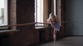 Trenes rubios altos del ballerine cerca de la ventana en la c?mara lenta metrajes