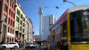 Trenes, tranvías, autobús y gente en Hackescher Markt y la torre de la televisión, Berlín, Alemania almacen de video