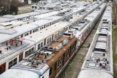 Trenes viejos inusitados en línea averiada en la estación de tren de Haydarpasa Imagenes de archivo