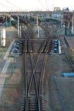 Trenes y ferrocarriles de carga en el ferrocarril grande Imágenes de archivo libres de regalías