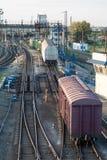 Trenes y ferrocarriles de carga en el ferrocarril grande Fotos de archivo libres de regalías
