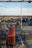 Trenes y ferrocarriles de carga en el ferrocarril grande Fotos de archivo