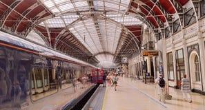 Trenes y pasajeros en la estación de Paddington, Londres Fotos de archivo