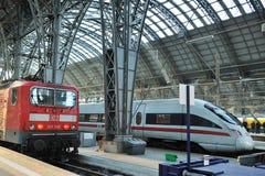 Treni alle piattaforme nella stazione ferroviaria di Francoforte Fotografia Stock Libera da Diritti