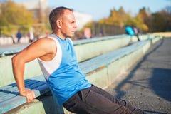 Treni atletici dell'uomo, spinti dal banco sullo stadio concetto di salute e di forza Fotografia Stock Libera da Diritti