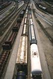Treni che lasciano l'iarda della ferrovia Fotografie Stock