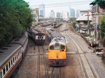 Treni che moveing fuori dal binario della stazione ferroviaria Hua Lamphong Immagine Stock