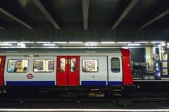 Treni circa da partire dalla stazione della metropolitana orientale di Aldgate Fotografia Stock Libera da Diritti