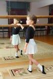 Treni del pointe di usura della bambina nel codice categoria di balletto Immagine Stock