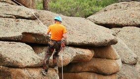 Treni dell'uomo per conquistare la roccia video d archivio