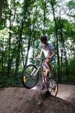Treni di Byciclyst sulla rampa Fotografia Stock Libera da Diritti