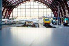 Treni e viaggiatori Fotografia Stock