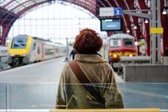 Treni e viaggiatori Immagini Stock