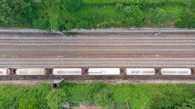 Treni merci di vista aerea nella stazione ferroviaria Il carico prepara i vagoni sulla ferrovia, cima giù Industria pesante conce fotografie stock