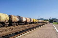 Treni merci Treno di ferrovia delle automobili dell'autocisterna che trasportano petrolio greggio sulle piste Fotografie Stock