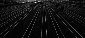 Treni nei precedenti in bianco e nero della stazione ferroviaria Fotografia Stock Libera da Diritti