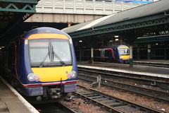 Treni nella stazione ferroviaria Fotografie Stock Libere da Diritti
