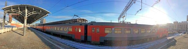 Treni nella stazione ferroviaria di Savelovskiy, Mosca Immagini Stock
