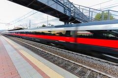 Treni passeggeri ad alta velocità sul binario della ferrovia nel moto Effetto della sfuocatura del treno pendolare Stazione ferro Immagini Stock