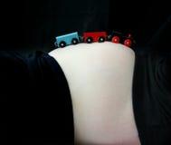 Treni sul Tummy Fotografie Stock
