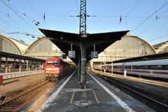 Treni sulle piattaforme nella stazione ferroviaria Fotografie Stock