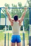 Treningów sportów mężczyzna ciągnienie up Zdjęcia Royalty Free