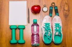 Trening i sprawności fizycznej kopii przestrzeni dieting dzienniczek pojęcie zdrowego stylu życia Dumbbell, woda, expander ręki p Obrazy Stock