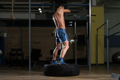Trening Przy Gym Z młotem I Ciągnikową oponą Fotografia Royalty Free