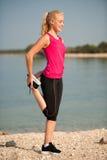 Trening - ranku rozciąganie na plażowym pobliskim morzu Obrazy Royalty Free