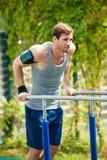 Trening, sportowa ciągnienie podnosi na horyzontalnym barze Zdjęcia Royalty Free