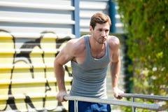 Trening, sportowa ciągnienie podnosi na horyzontalnym barze Obrazy Royalty Free