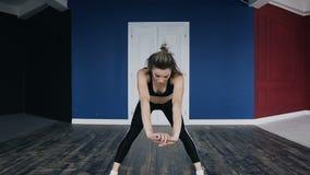 trening Sprawności fizycznej i sporta tutorials dla beginners Mięśniowa szczupła młoda kobieta ubierający ciemny sportswear jest  zdjęcie wideo