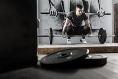 Trening z barbell w gym Obraz Royalty Free