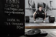 Trening z barbell w gym Fotografia Royalty Free