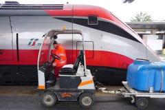 Trenitalia snabba drev (Italo, Frecciarossa och Frecciabianca) på den Venedig Saint Lucia järnvägstatistiken Royaltyfri Foto