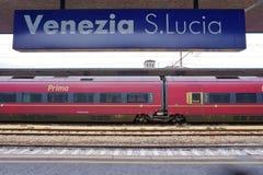 Trenitalia snabba drev (Italo, Frecciarossa och Frecciabianca) på den Venedig Saint Lucia järnvägstatistiken Arkivbilder