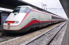 Trenitalia snabba drev (Italo, Frecciarossa och Frecciabianca) på den Venedig Saint Lucia järnvägstatistiken Royaltyfri Fotografi