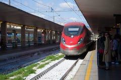 Trenitalia szybkościowy pociąg przyjeżdża na środkowej staci kolejowej, Florencja Włochy obraz stock