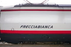 Trenitalia wysoka prędkość trenuje przy Wenecja St Lucia kolei stat (Italo, Frecciarossa i Frecciabianca,) Zdjęcia Stock