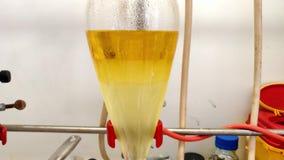 Trennung der organischen Schicht und der Wasserschicht in Scheidetrichter in einem Chemielabor stock video