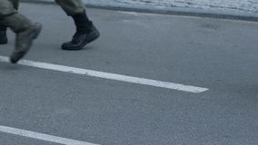 Trennung von den Soldaten, die auf Parade, Polizisten patrouillieren Stadt, Sicherheit marschieren stock footage