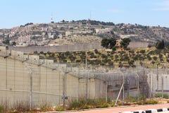 Trennungs-Wand, die in der Hitze, nahe Kontrollpunkt Gilo 300, Bethlehem, Israel schimmert Lizenzfreie Stockfotos
